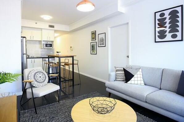 Modern Sydney City 2 Bed with Pool & Gym- Photo3