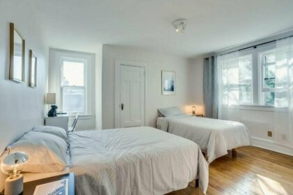 Beautifully Decorated Modern 2 Bedroom Apartment Casa Loma