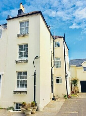 Seascape Cottage with Parking minutes from the Sea