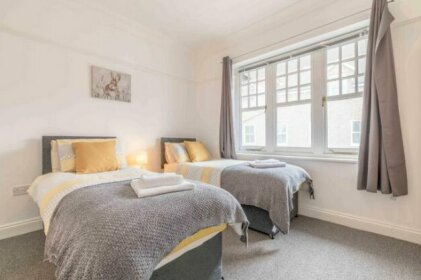 5 Double Bedrooms & 5 En-Suite Bathrooms