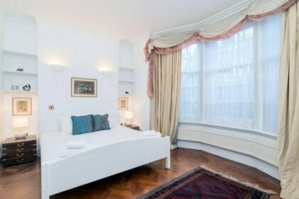 Lovely 1BR Home Near Holland Park 4 Guests