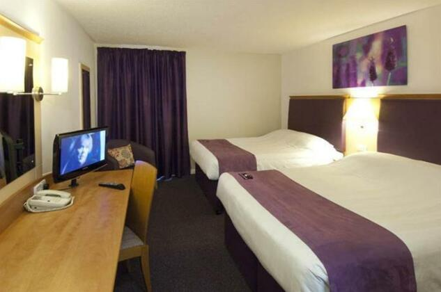 Premier Inn London Heathrow Airport - Bath Road - Photo 2