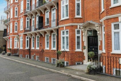 Stylish 3-bed flat with balcony is West Kensington