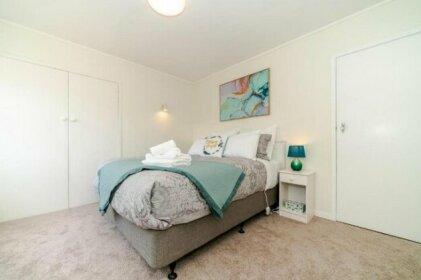 Great location 2 bedroom unit walk to beach & park