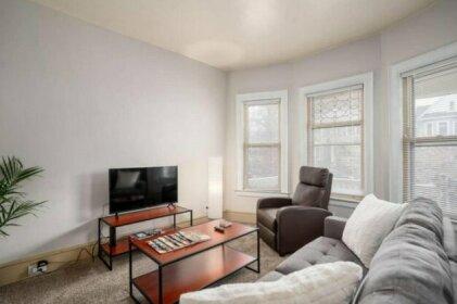Clean cozy Elmwood Village apartment with porch
