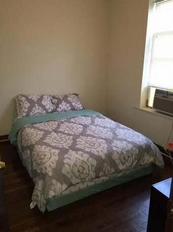 Clean spacious inexpensive queen BR 1- Photo2