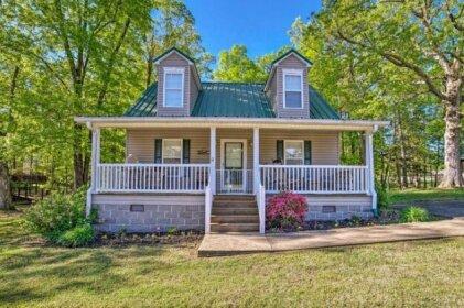 Cottage w/Porch 7-Min Drive to Pickwick Lake