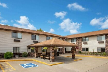 Days Inn & Suites by Wyndham Davenport East