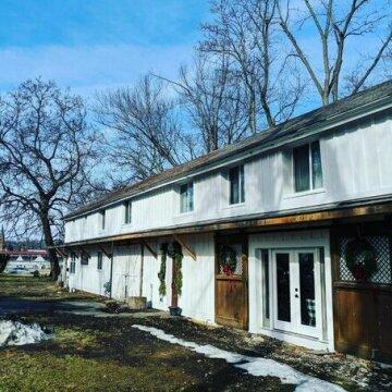 Historic Barn 2 Bedroom Apartment - Racetrack View