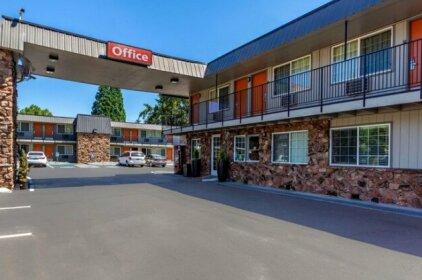 Econo Lodge Inn & Suites West Portland Hillsboro