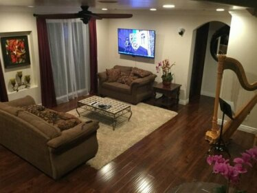 Homestay - Luxury Hillside Home