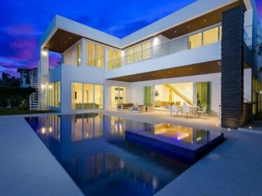 10 Bed Villa In The Heart Of Downtown Pool