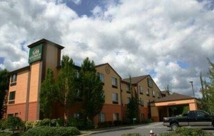 Evergreen Inn & Suites
