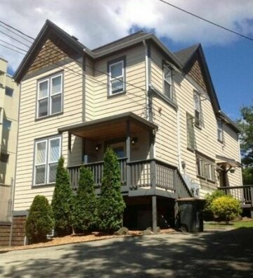 Beautiful 2 BR House Walking Distance From Downtown