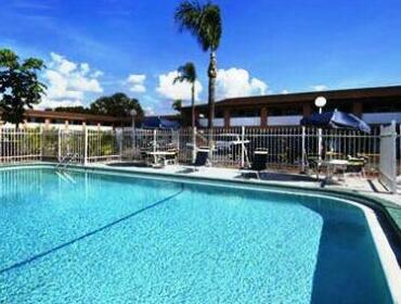 Howard Johnson by Wyndham Tampa Airport/Stadium