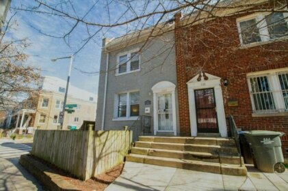 The Gray Corner House By Gallaudet 3br